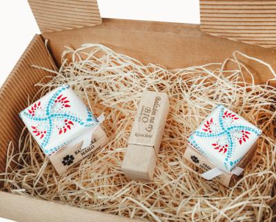 RaE přírodní kosmetika - Dámský dárkový balíček - Color  Náplň s vůní santalového dřeva